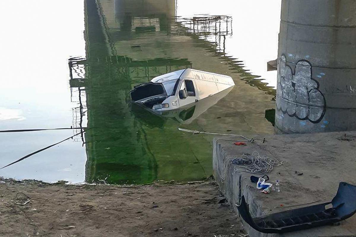 Спасателям удалось  достать утонувший в Днепре микроавтобус