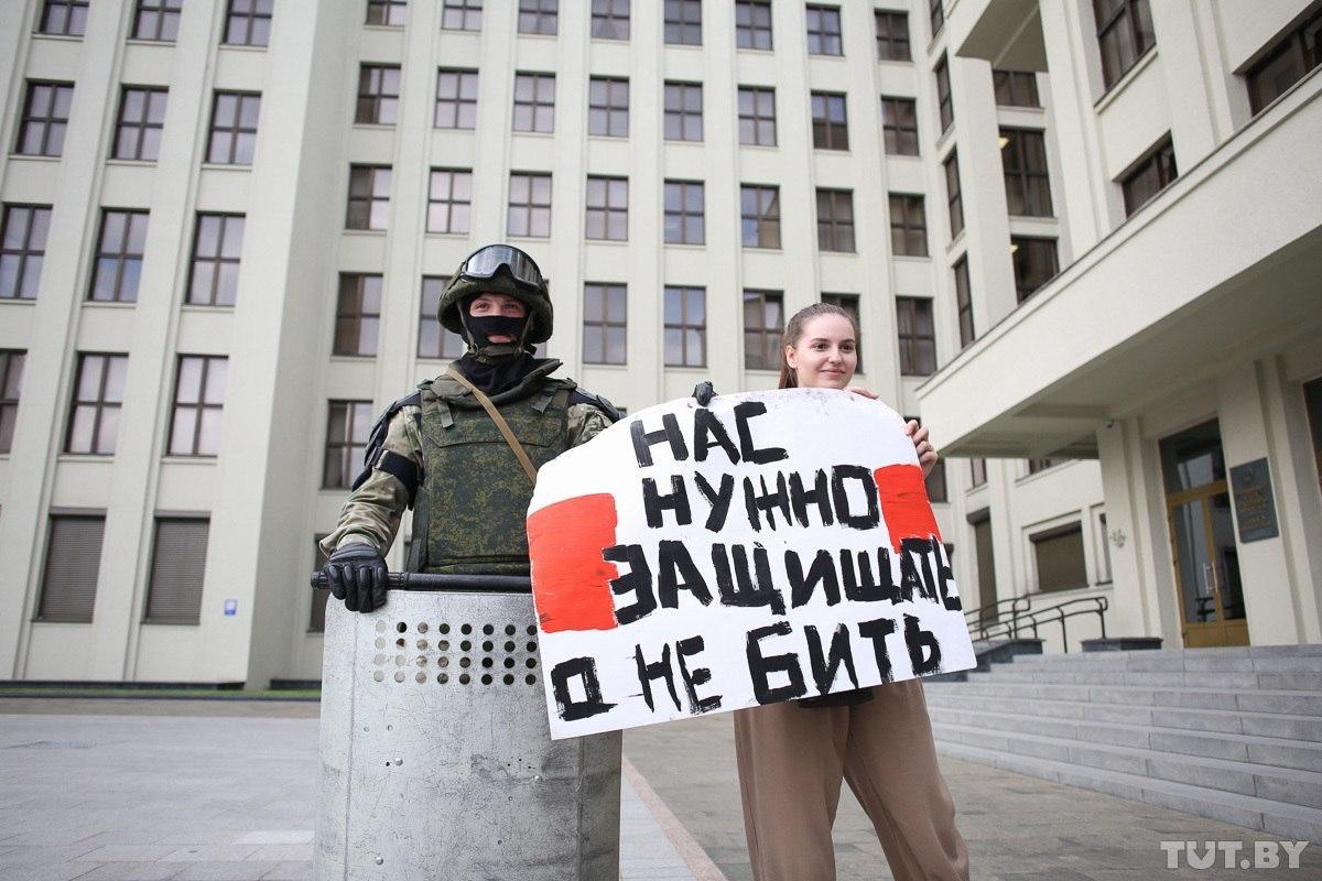 В Минске перед Домом правительства ОМОН опустил щиты. Девушки с цветами...