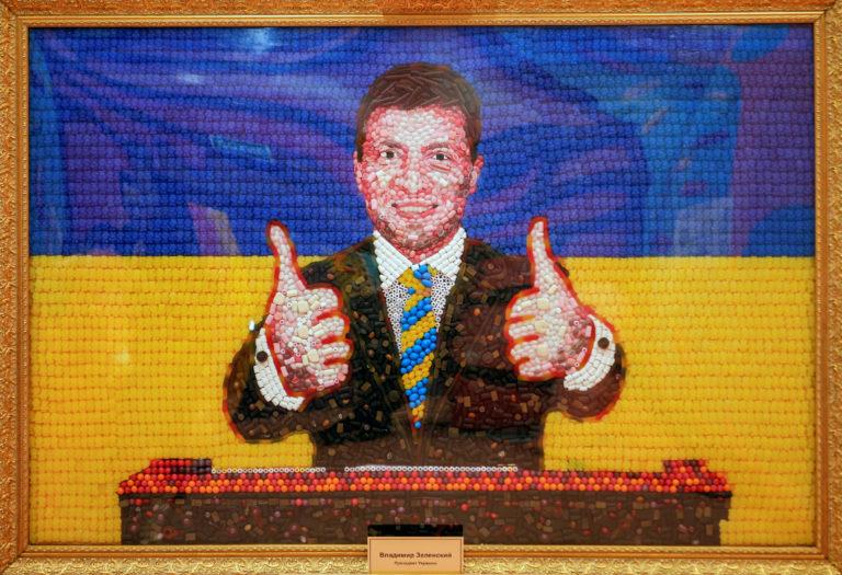 Петербургские художники сложили портрет Зеленского из конфет