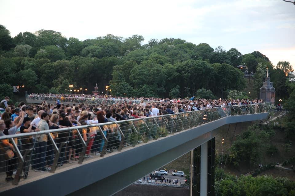 По ком трещит мост. Как киевляне и гости города встретили открытие новой...