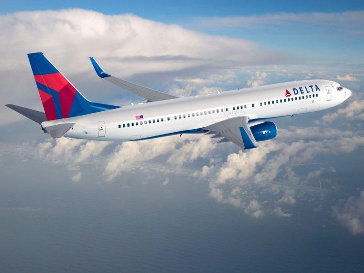 В США самолет Delta резко потерял высоту, снизившись на критические 9 ки...