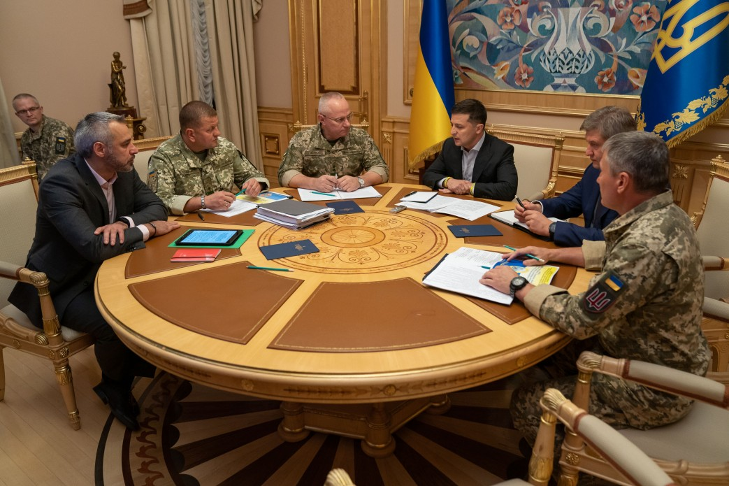 Зеленский поручил выделить квартиры семьям погибших четверых военных на...