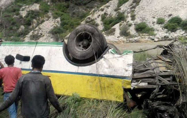 В Индии школьный автобус упал в ущелье, - СМИ
