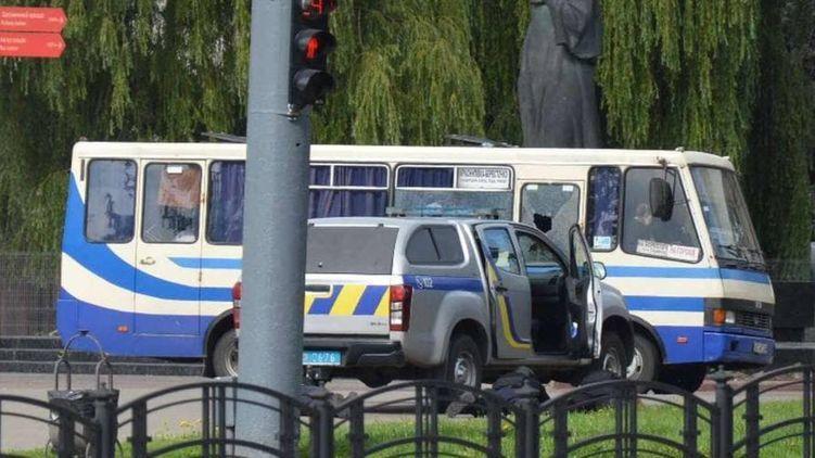 Рядом с захваченным автобусом в Луцке прогремели взрывы