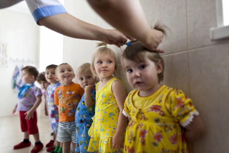 Около 2 тысяч детей в Украине стали сиротами из-за войны в Донбассе