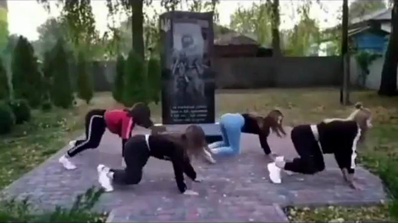 На Черниговщине школьницы станцевали тверк у памятника погибшим воинам А...