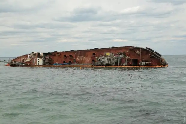 С затонувшего возле Одессы танкера Delfi произошла утечка топлива, пляж...