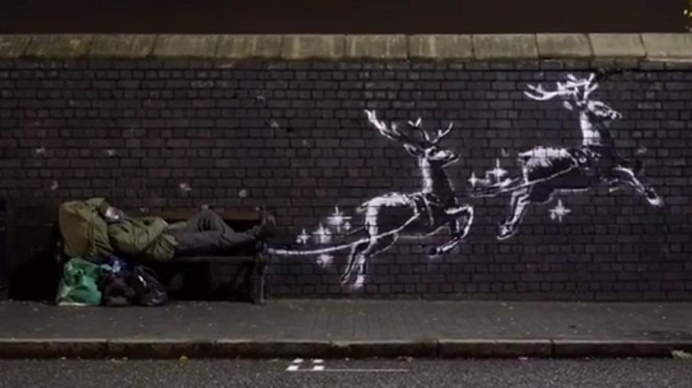 Таинственный художник Бэнкси нарисовал рождественское граффити с бездомн...