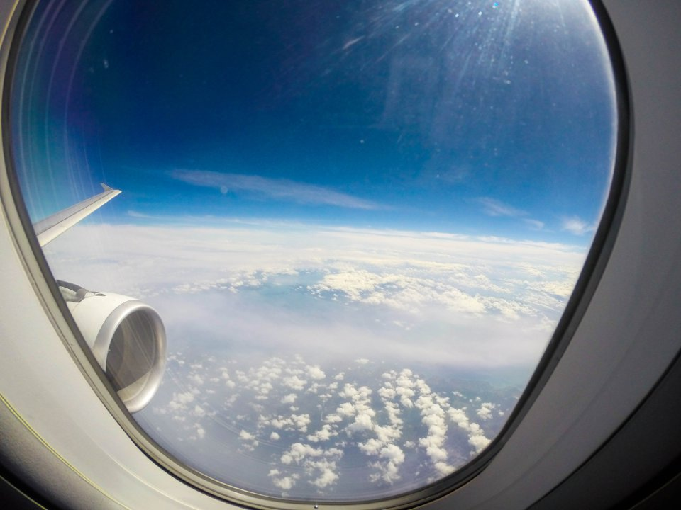В самолете индийской авиакомпании во время полета выпал иллюминатор