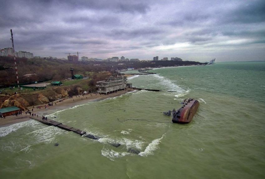 Владелец танкера Delfi через суд пытается запретить его подъем