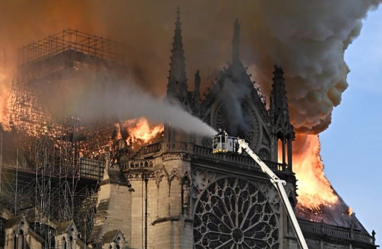 Пожар в соборе Парижской Богоматери мог произойти из-за компьютерной оши...