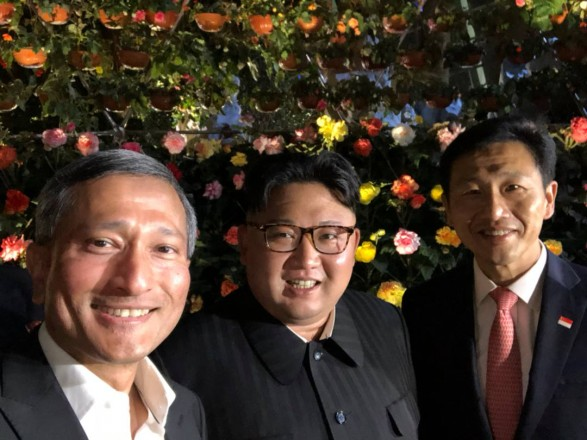 Ким Чен Ын сделал селфи с министрами в Сингапуре