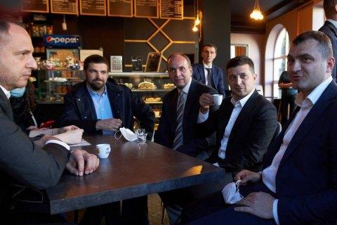 Кофепитие на карантине: всех спутников Зеленского оштрафовали на 17 тыся...