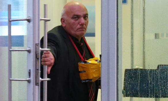В центре Москвы мужчина захватил банк с заложниками, угрожая взорвать се...