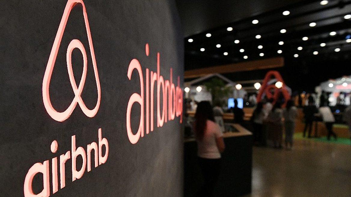 """Знайте, это не ваша вина"". Airbnb сократит четверть штата из-за коронавируса"