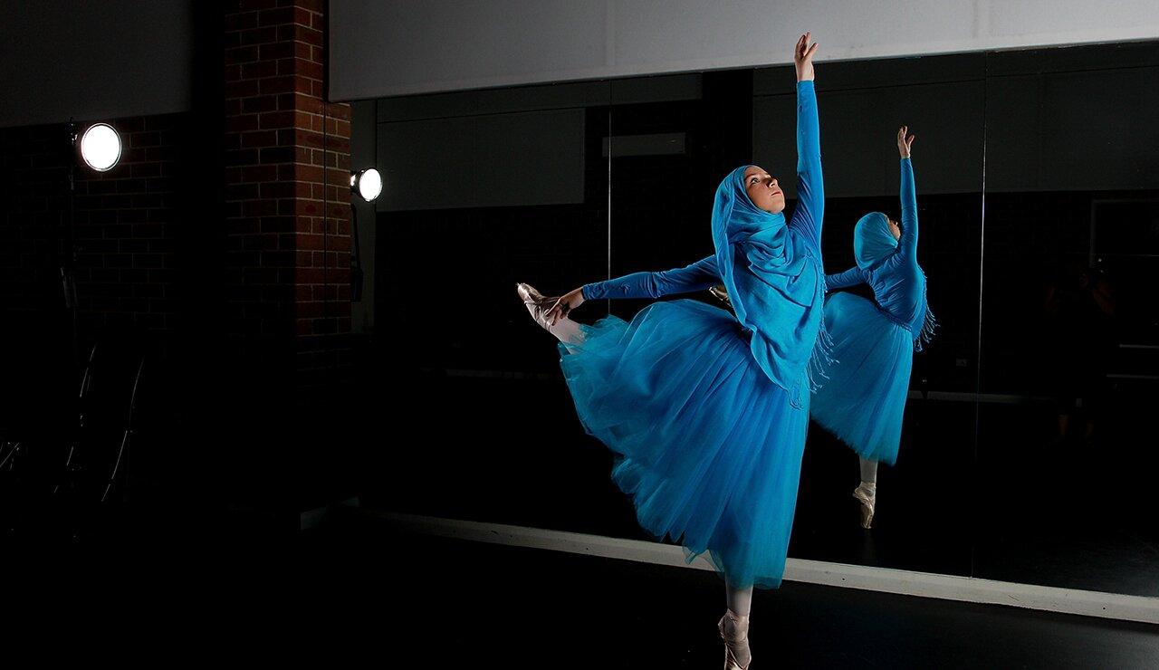 Первой в мире мусульманской балерине разрешили танцевать в хиджабе