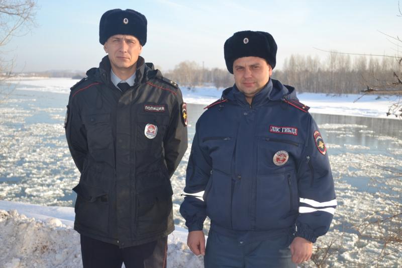 В России сотрудники ГИБДД победили пожар снежками