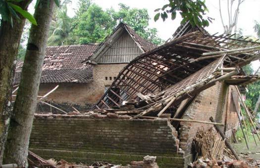 ООН: число жертв землетрясений в Индонезии выросло до 1100 человек (виде...