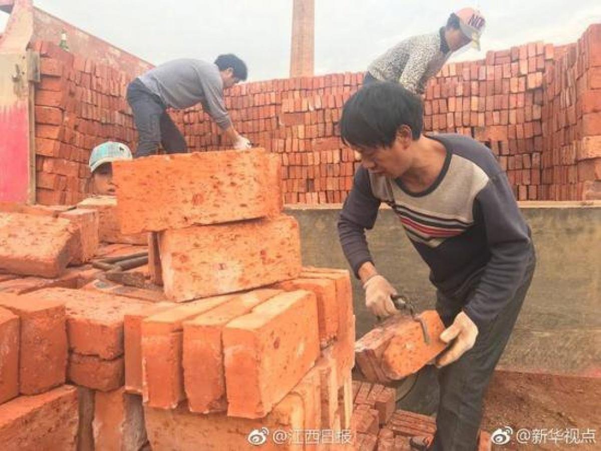 В Китае рабочим выдали зарплату кирпичами