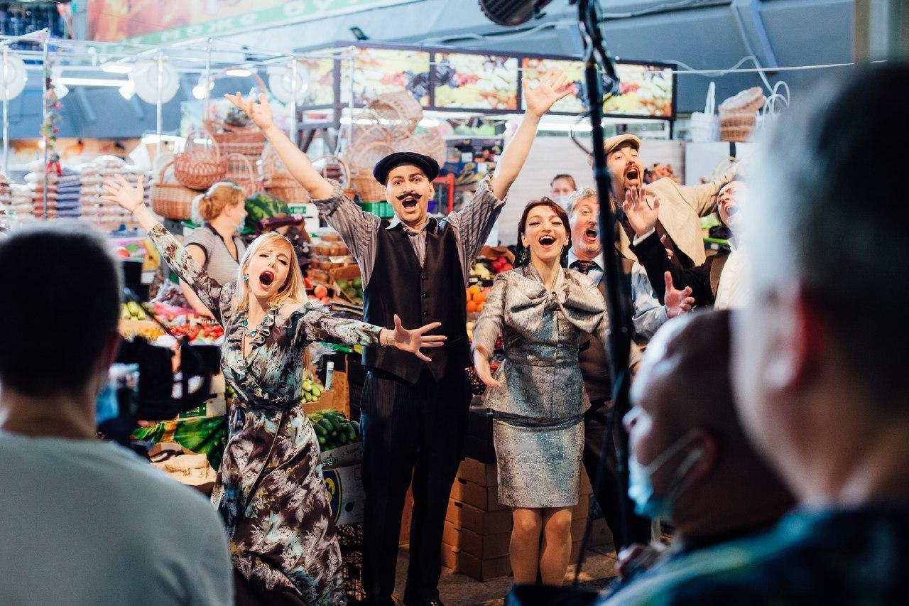 Артисты оперного театра спели на киевском рынке фрагмент из оперы