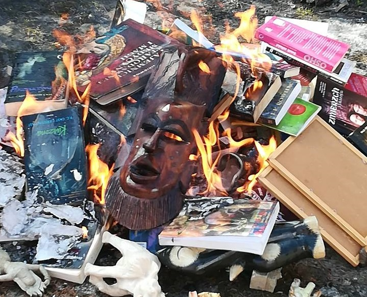 Польские священники сожгли роман о Гарри Поттере и статуэтку кота