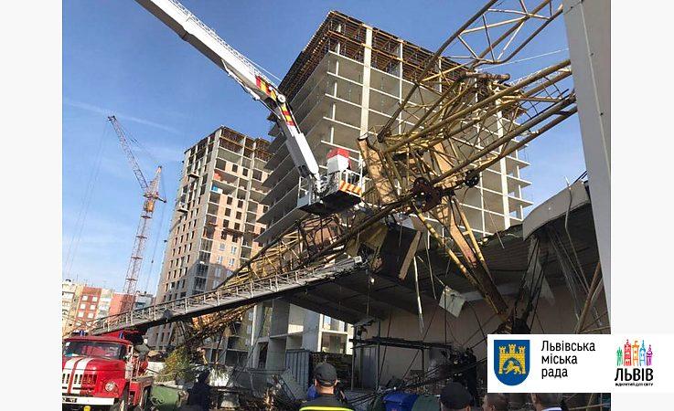 Во Львове строительный кран рухнул на супермаркет