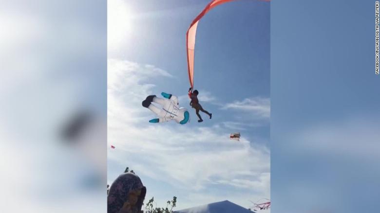 На Тайване воздушный змей унес в небо ребенка