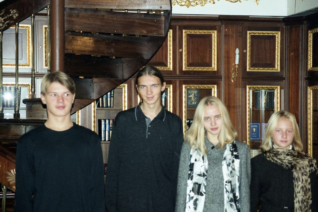 Сбежавший из России банкир обнародовал подростковые фотографии дочерей П...