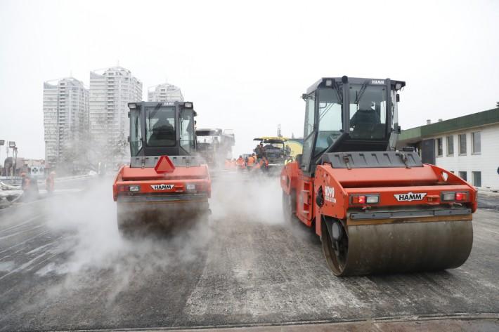 В Киеве начали асфальтировать Шулявский путепровод