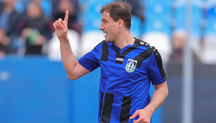 Российский футболист во время матча попал мячом в летящую над стадионом...