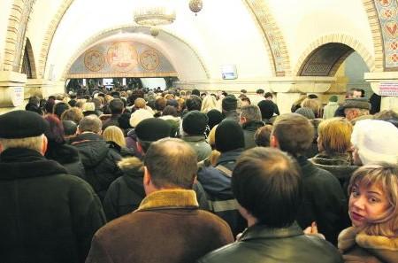 Киевское метро сократило количество поездов, и хочет закрыть вторые выхо...