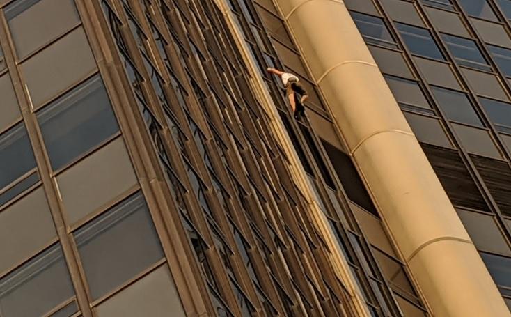 Польский турист пытался без страховки забраться на 209-метровый небоскре...