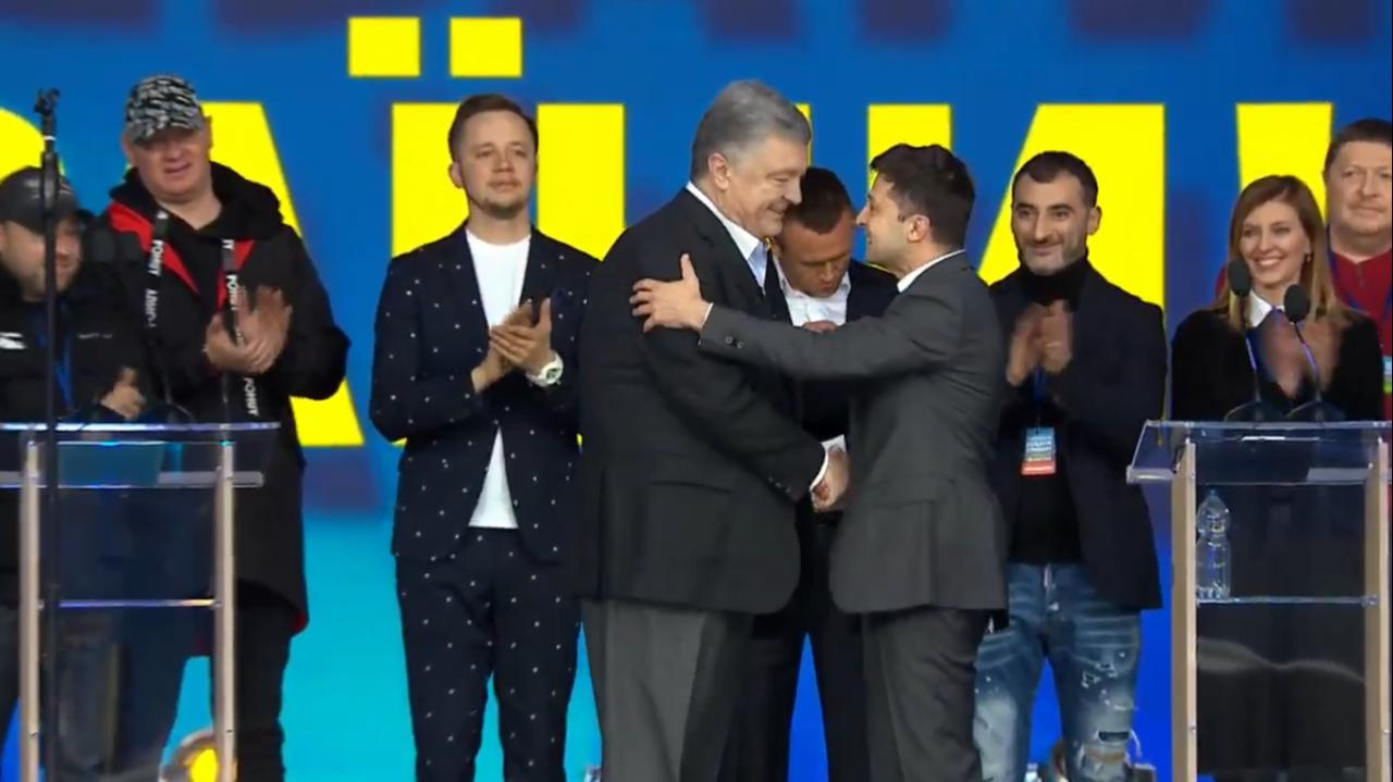 Зеленский и Порошенко пожали друг другу руки