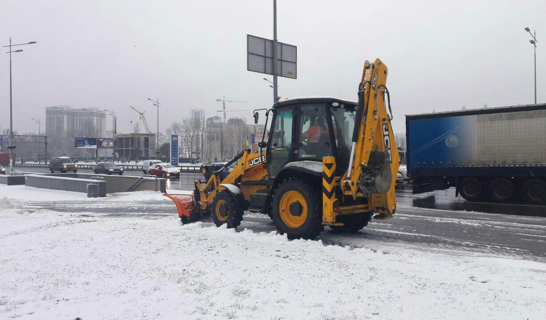 С последствиями снегопада на дорогах столицы борются 450 единиц техники