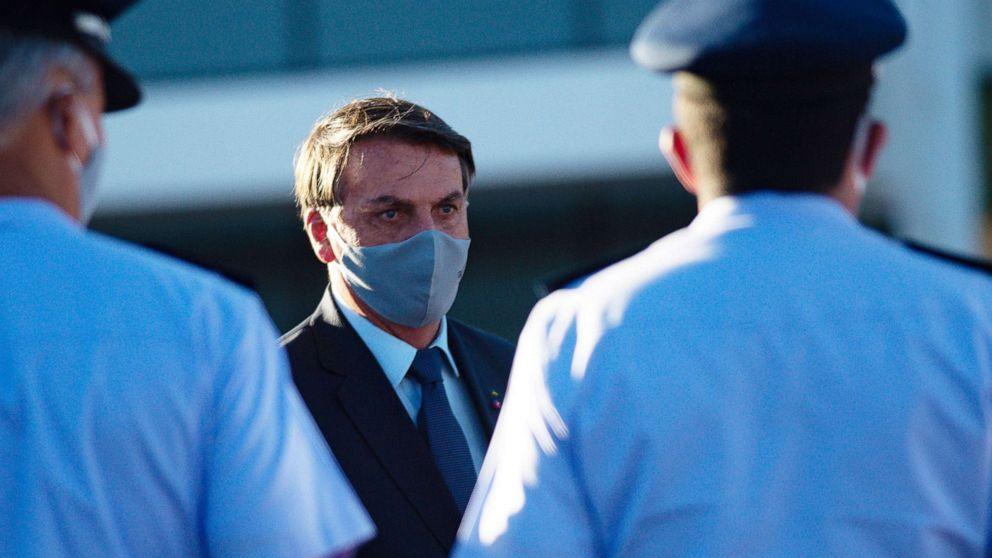 Президент Бразилии проверился на коронавирус и впервые вышел к людям в м...