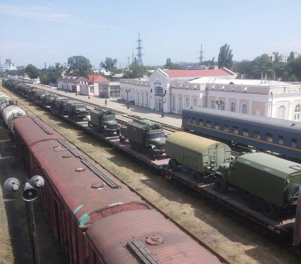 В Крым из России через паромную переправу завезли колонны военной техник...