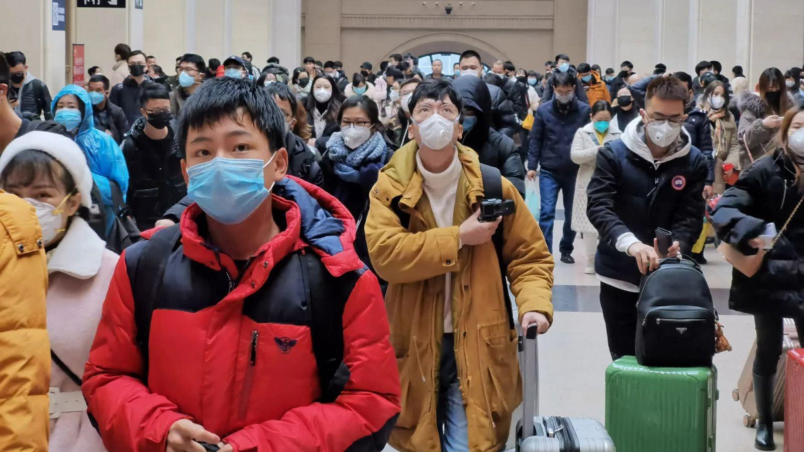 Коронавирус: в китайской провинции Хубэй людям запретили выходить из дом...