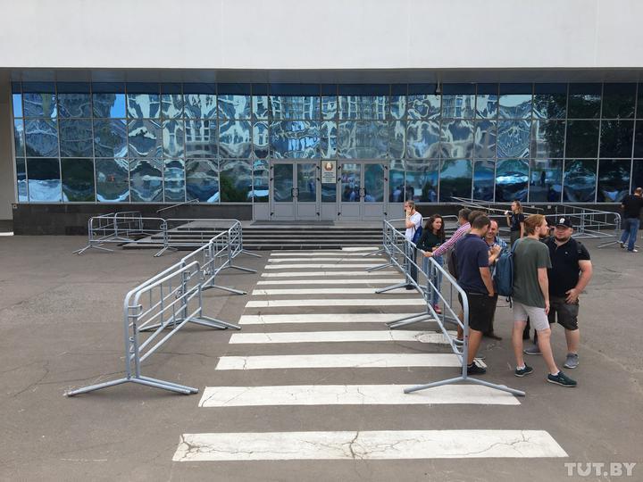 Работники Белтелерадиокомпании снова бастуют: подъезды к зданию перекрыт...