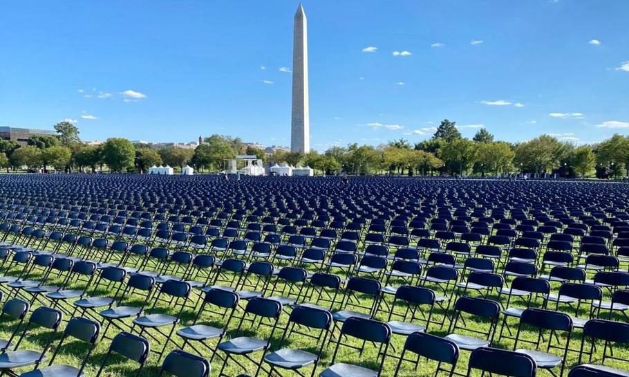 """""""Мы все в опасности"""": в США в парке установили 20 тысяч стульев в память..."""