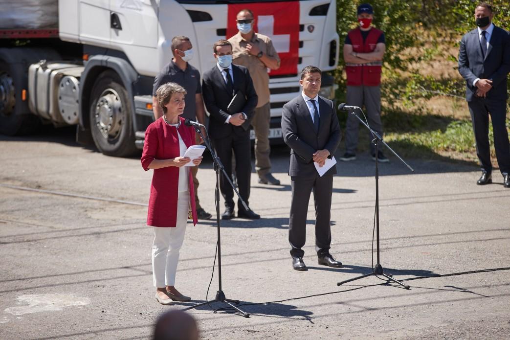 Президент Швейцарии привезла на Донбасс 17 грузовиков гумпомощи
