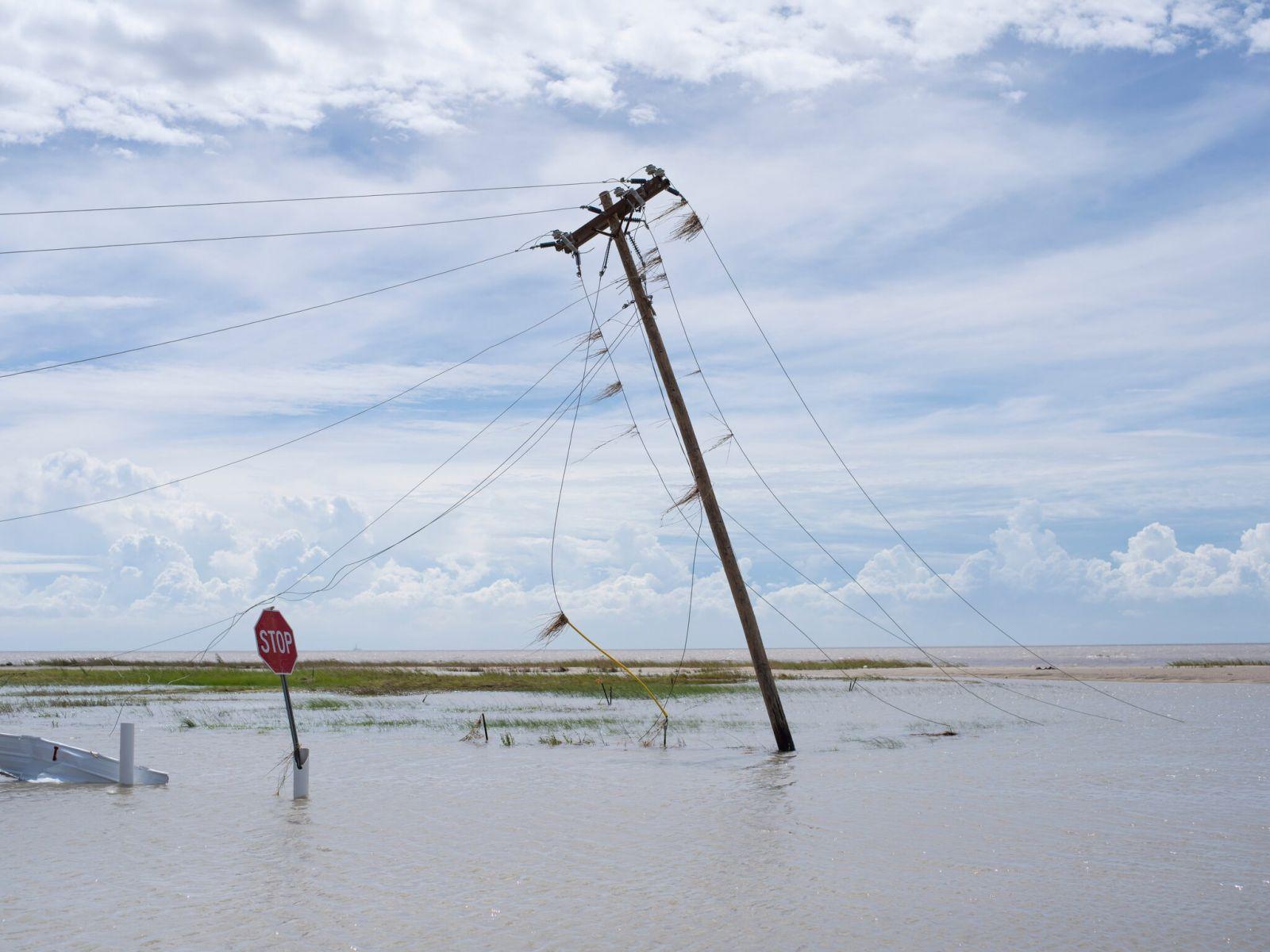 """Ураган """"Лаура"""" ударил по юго-западному побережью США: известно о  шести..."""
