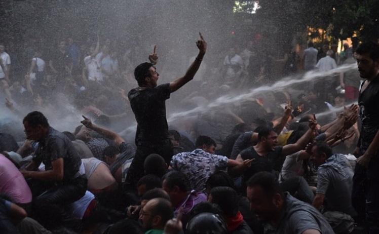 """Протесты в Ереване: депутаты и интеллигенция делают """"живой щит"""""""