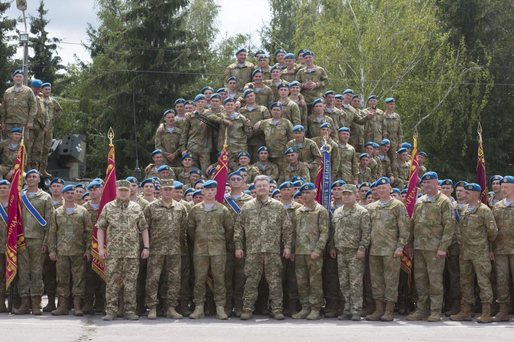 За время АТО в Донбассе погибли 415 украинских десантников, – Порошенко