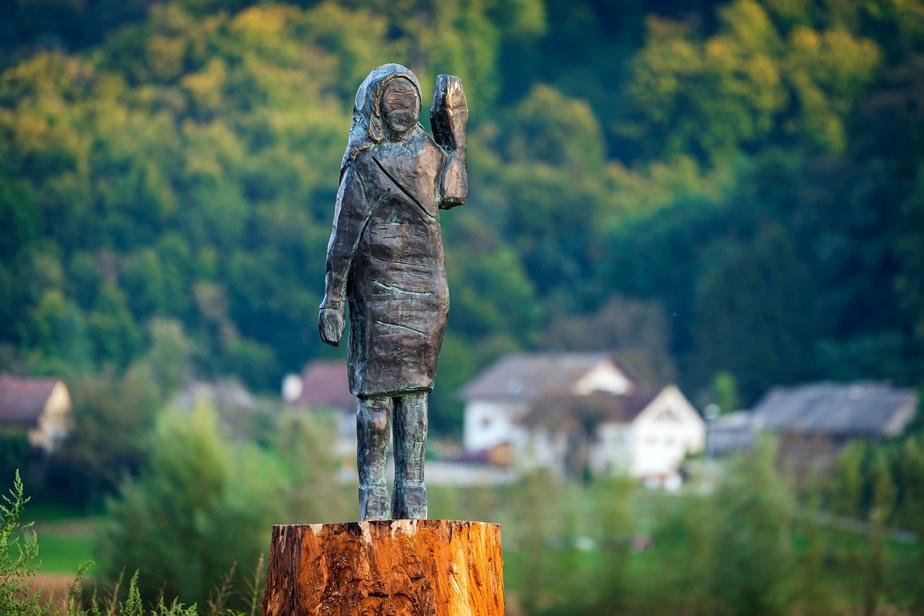 Бронза вместо дерева: в Словении установили новую статую Мелании Трамп