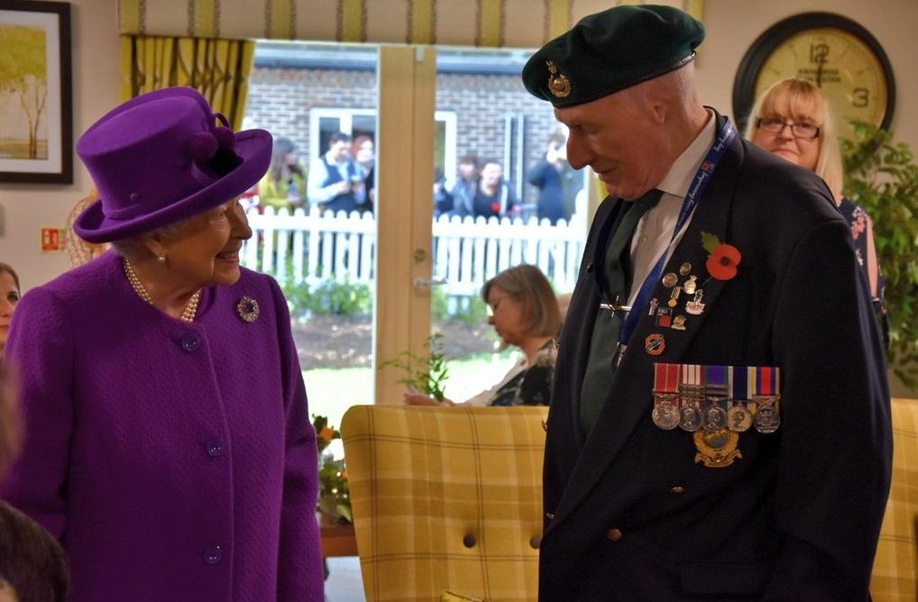 Королева Елизавета ІІ съездила к ветеранам и закопала капсулу времени