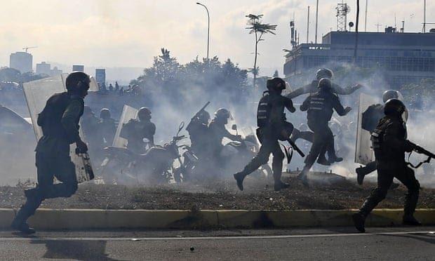 Митингующих в Венесуэле начали давить бронемашинами