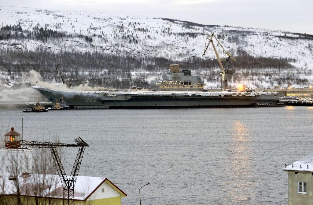 """На горевшем авианосце """"Адмирал Кузнецов"""" нашли еще одного погибшего"""