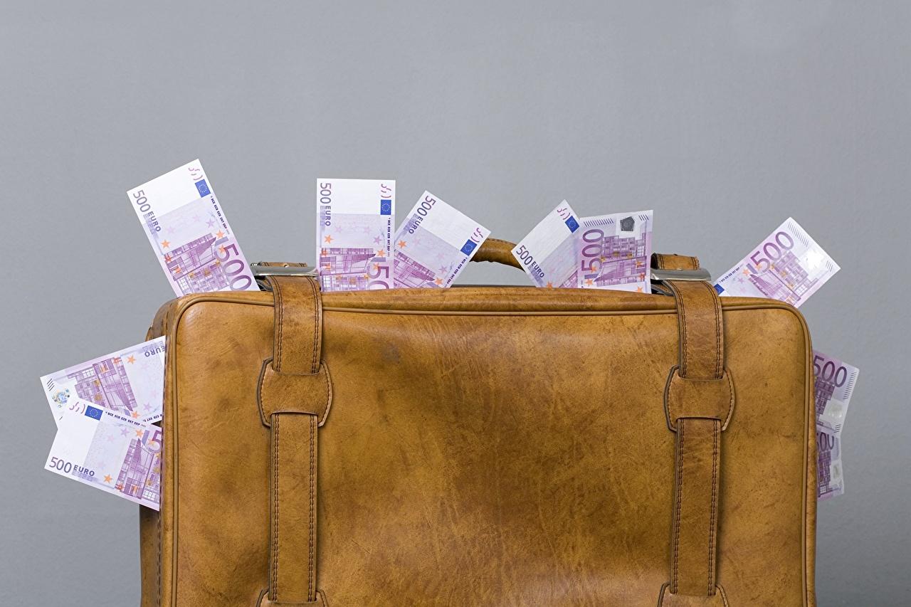 Парижанка нашла в своем подвале чемодан, а в нем 500 тысяч евро