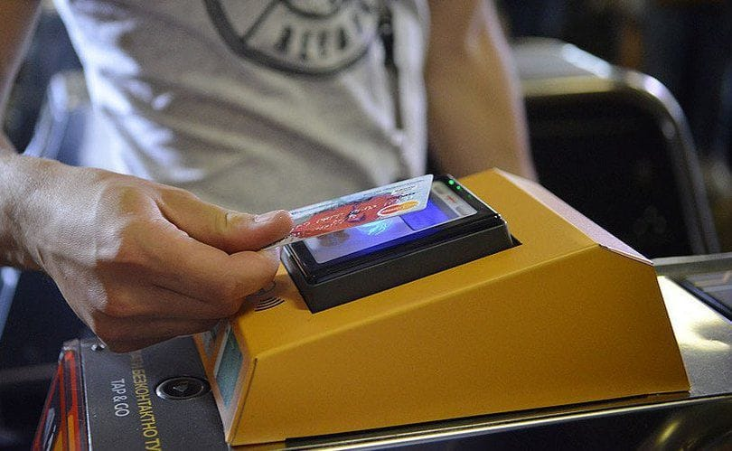 В Сети появился фейк о запрете оплачивать проезд в метро банковскими кар...