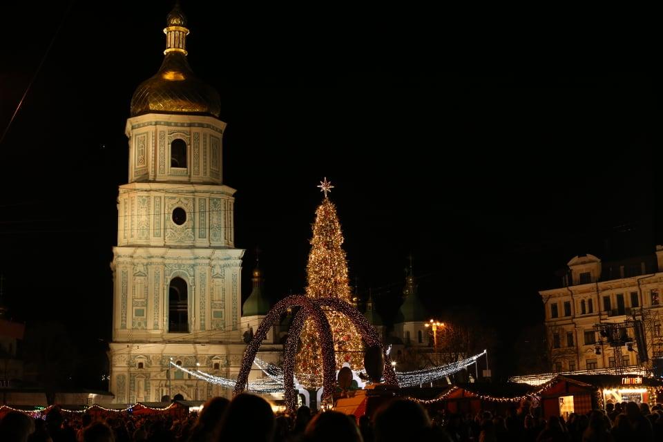 В Киеве зажгли главную елку Украины